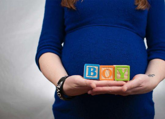 donna incinta con indennità di maternità
