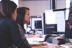 Ragazza che impara il lavoro usando il computer